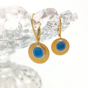 Dormeuses composées d'une petite estampe Art Deco dorée à l'or fin surmontée d'une petite médaille religieuse argentée et émaillée en bleu