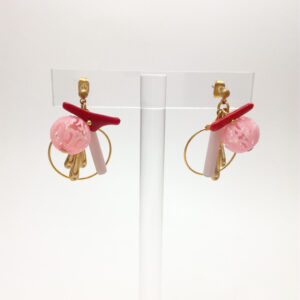 Clous d'oreille composés des perles japonaises en plastique