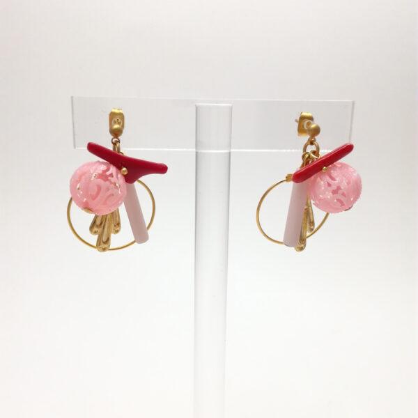 Clous d'oreille composés des perles japonaises en plastique  d'estampes dorées  de perles imitant le corail et de perles de verre longues rose pâle