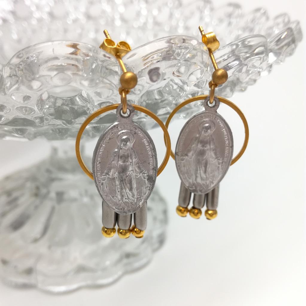 Boucles d'oreilles montées sur clous comportant deux médailles miraculeuses et des perles longues en acier