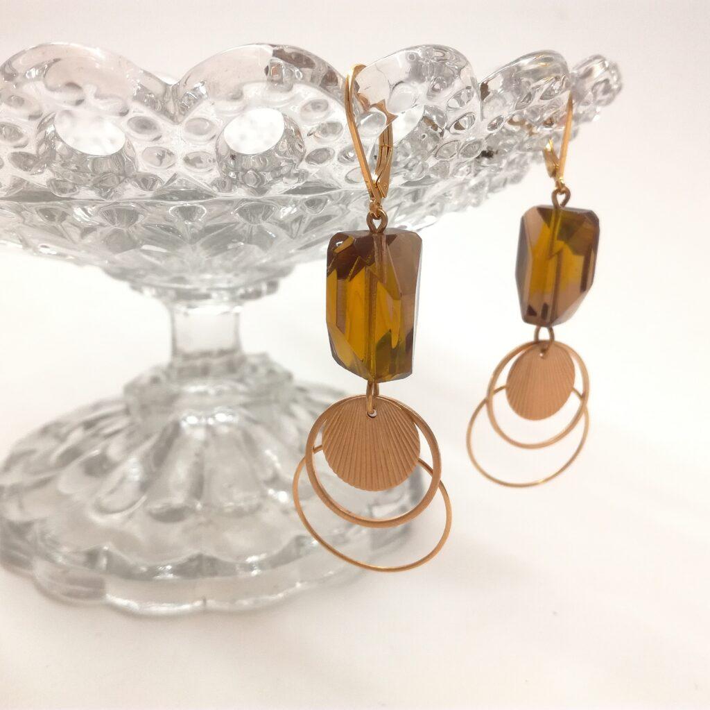 Dormeuses réalisées avec des perles de verre facettées des années 1940. Estampe en laiton doré à l'or fin esprit Art Déco.
