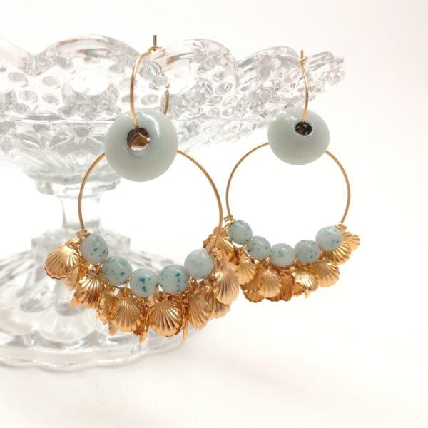 Boucles d'oreilles composées de perles de verre en forme de disque des années 1970 de fabrication indienne  de perles de verre rondes de 5mm de diamètre et d'une mutltitude de coquillages dorés à l'or fin.