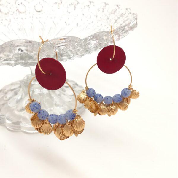 Boucles d'oreilles composées de disques en plastique bordeaux issu d'un ancien collier africain  de perles de verre rondes de 5mm de diamètre et d'une mutltitude de coquillages dorés à l'or fin.