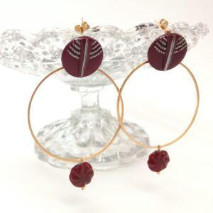 Boucles d'oreilles composées de boutons de verres de 1930 bordeaux aux détails argentés  d'une cercle métallique en laiton doré à l'or fin ainsi que d'une perle de verre Art Déco reprenant la couleur du bouton.