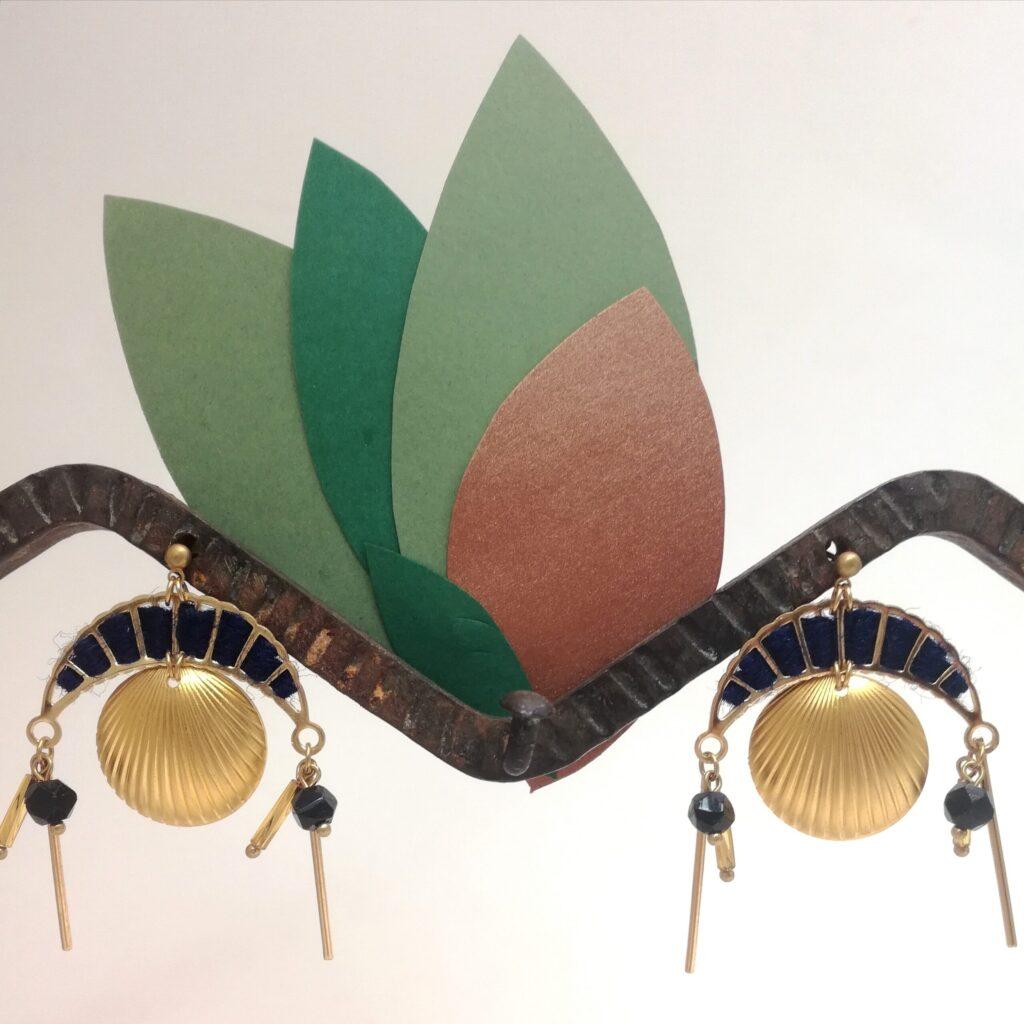 Dimensions de la boucle d'oreille attache incluse : largeur 4cm - longueur 5cm.