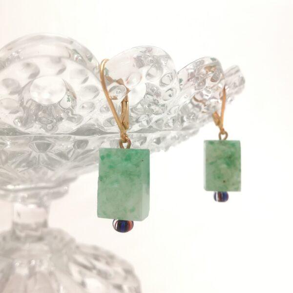 Dormeuses dorées à l'or fin composées d'une perle moulée durant la période Art déco de couleur vert/jade avec perle ancienne rayée orange/rouge et bleu marine. Cette perle représente une rose avec ses feuilles.