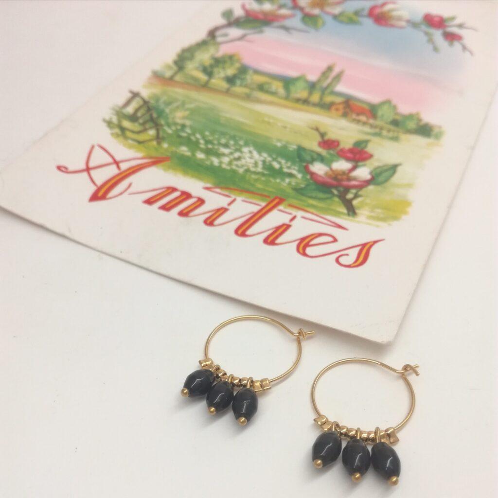 Créoles en laiton doré à l'or fin de diamètre 16mm composé d'anciennes perles de chapelets noires en verre.