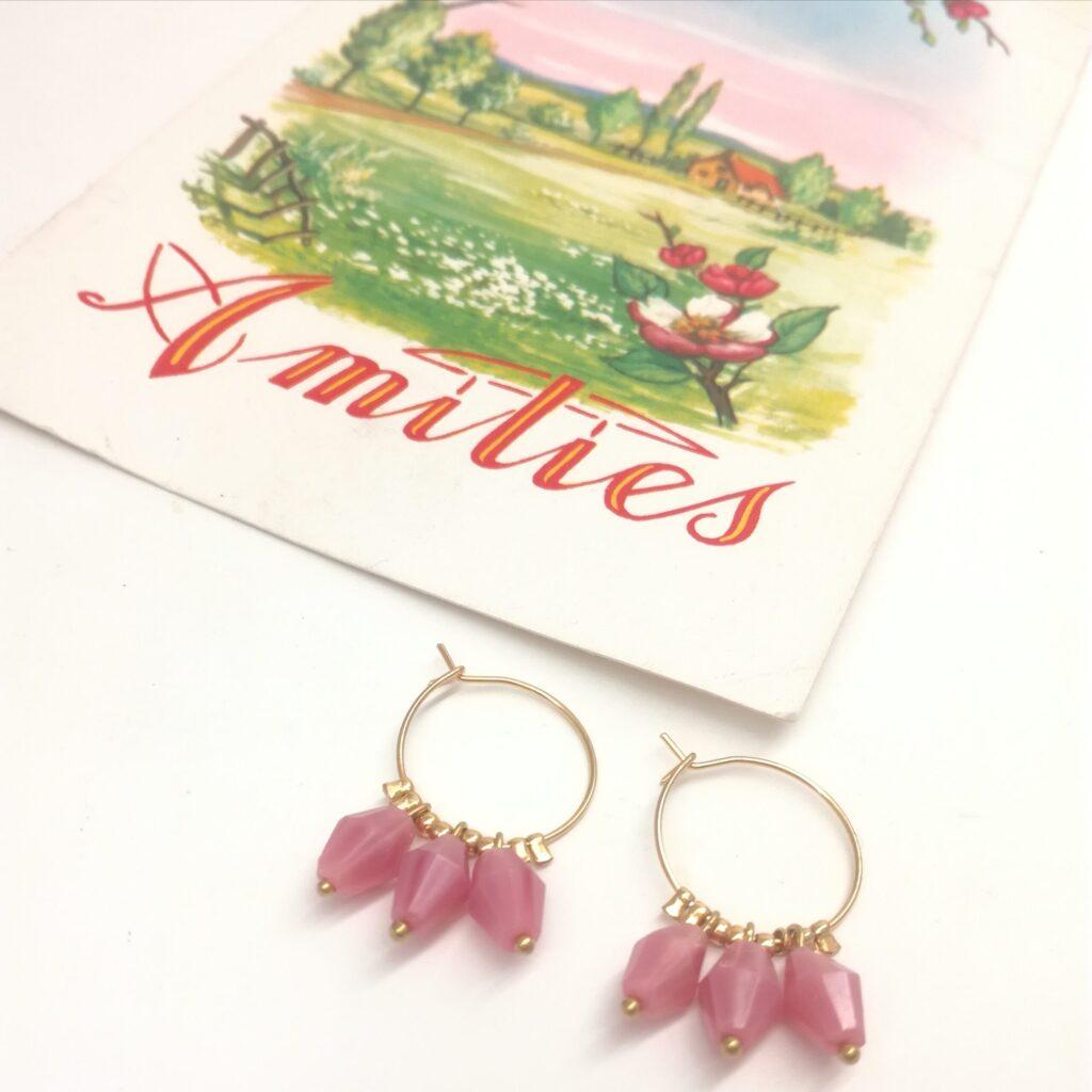 Créoles en laiton doré à l'or fin de diamètre 16mm composé d'anciennes perles de chapelets roses en verre.