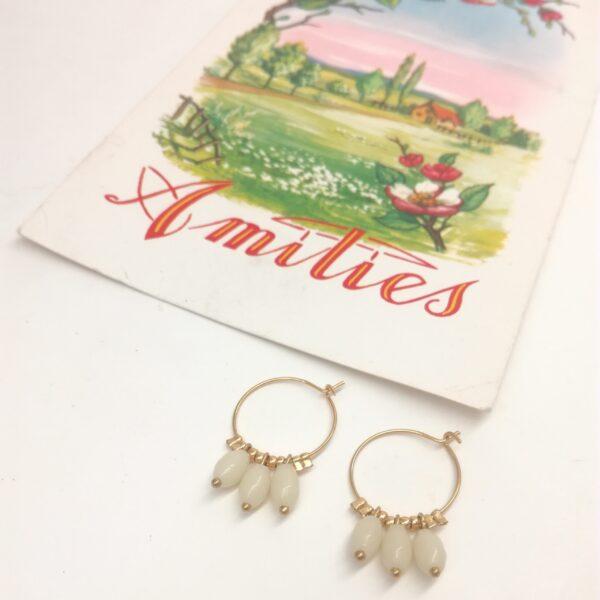 Créoles en laiton doré à l'or fin de diamètre 16mm composé d'anciennes perles de chapelets crèmes en verre.