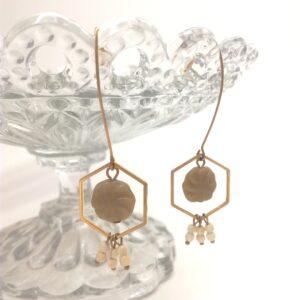 Boucles d'oreilles en laiton doré à l'or fin composé d'une estampe hexagonale dorée  d'une perle de verre en son centre  datant des années 20  et de perles de rocailles coordonnées.