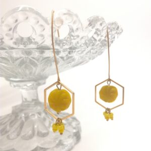 Boucles d'oreilles en laiton doré à l'or fin composé d'une estampe hexagonale dorée