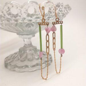 Bélières en laiton doré à l'or fin avec tube de verre vert  perle de verre rose et duo de chaînes dorées à l'or fin.