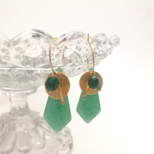 Créoles en laiton doré à l'or fin de 18mm de diamètre avec perles de verre vertes des années 30  estampes style Art Déco dorée et diverses perles de verre coordonnées.
