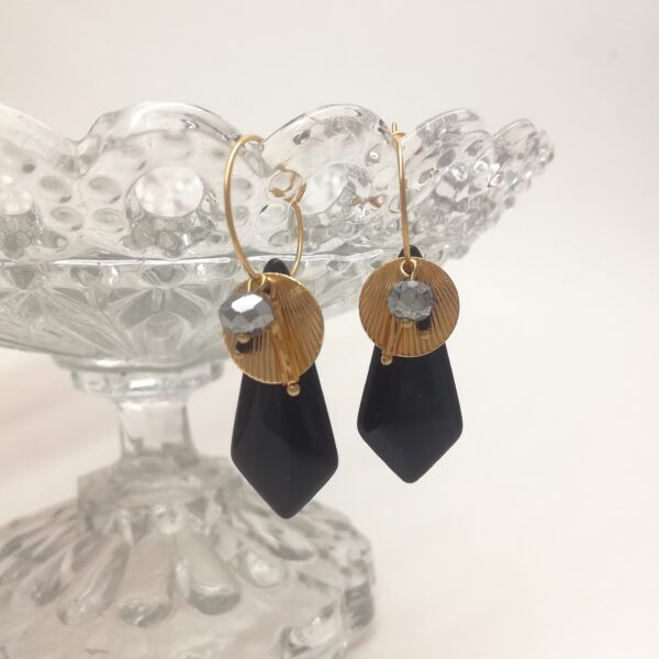 Créoles en laiton doré à l'or fin de 18mm de diamètre avec perles de verre noires des années 30  estampes style Art Déco dorée et diverses perles de verre coordonnées.