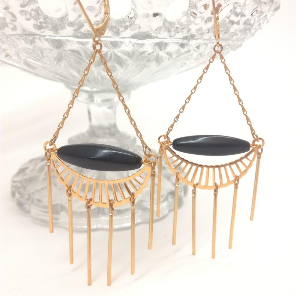 Dormeuses style Art déco avec perle de verre noire. Tous les éléments métalliques sont en laiton doré à l'or fin.