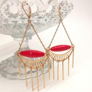 Dormeuses style Art déco avec perle de verre corail/rouge. Tous les éléments métalliques sont en laiton doré à l'or fin.