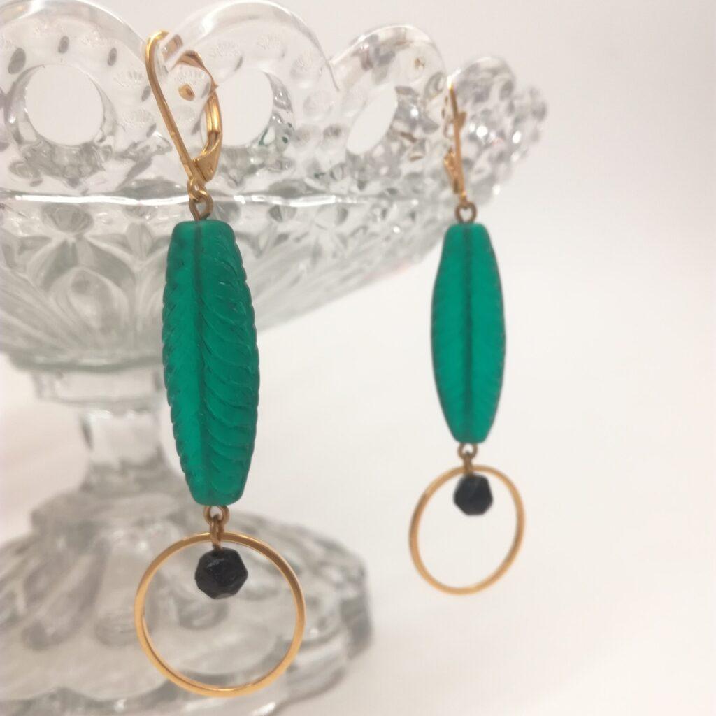 Dormeuses avec ancienne perle de verre vert émeraude et petite perle facettée en jais au centre d'un cercle de laiton. Tous les éléments métalliques sont en laiton doré à l'or fin.