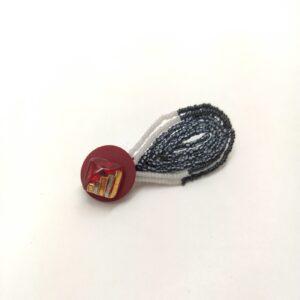 Broche réalisée avec un ancien bouton et un antique pétale de fleur perlé du début du siècle.