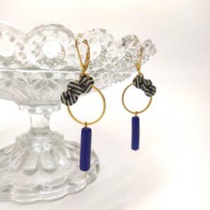 Dormeuse et cercle brodés d'anciens sequin rayés noirs et blancs et perle de verre bleue.