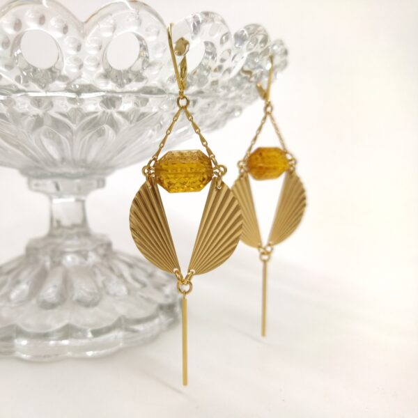 Dormeuses en laiton doré à l'or fin aux accents Art Déco avec ses estampes en demi-lune et sa perles datant des années folles.