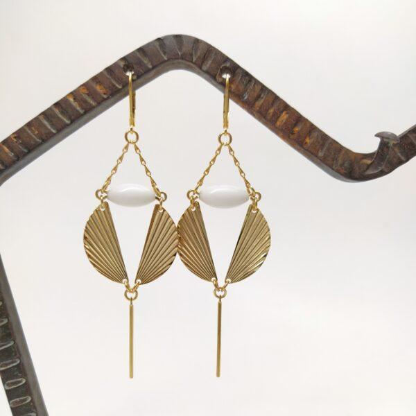 Dormeuses en laiton doré à l'or fin aux accents Art Déco avec ses estampes en demi-lune et ses perles datant des années folles.