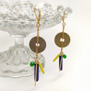 Dormeuses asymétrique en laiton doré à l'or fin composées de pièces vintage percées d'origine provenant d'Espagne et de France  de perles de verre bleues  jaunes et vertes et de petits bâtons de laiton doré à l'or fin également.
