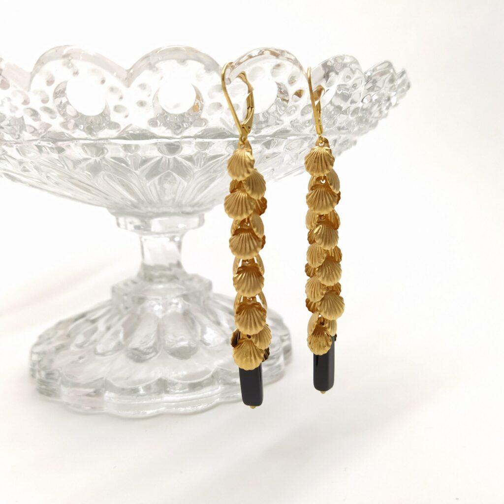 Dormeuses en laiton doré à l'or fin composée de multitudes de patits coquillages et d'une perle de verre.