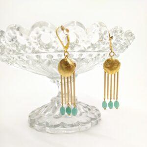 Dormeuses en laiton doré à l'or fin composées d'une estampe de style Art Déco et de perles de chapelets anciens.