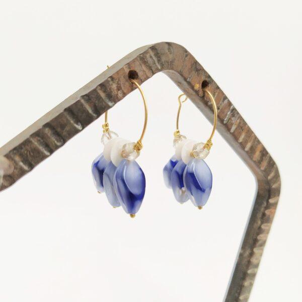 Créoles en laiton doré à l'or fin de 2cm de diamètre avec des perles bleues antiques et des sequins vintage. Les perles de verre transparentes facettées ont été prélevées sur un ancien collier 1930.