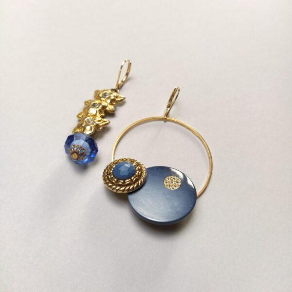 Dormeuses asymétriques en laiton dorées à l'or fin  l'une composée de boutons vintage montés sur un cercle de 45mm; l'autre composée de perles et d'une structure métallique chinées sur d'anciens bijoux.