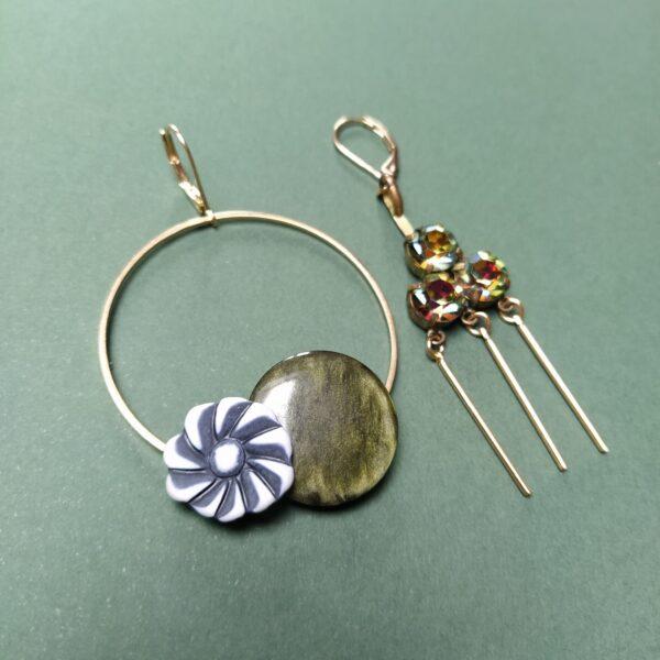 Dormeuses asymétriques en laiton dorées à l'or fin  l'une composée de boutons vintage montés sur un cercle de 45mm; l'autre composée de perles chinées sur d'anciens bijoux.