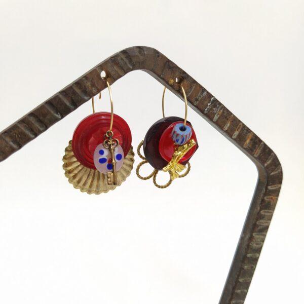 Créoles asymétriques en laiton doré à l'or fin composées de petits trésors vintage chinés.