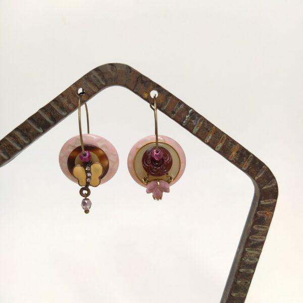 Créoles asymétriques en laiton bronze composées de petits trésors vintage chinés.