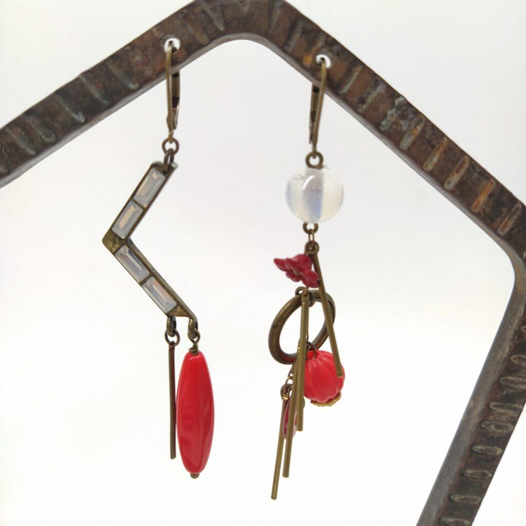 Dormeuses asymétrique en laiton bronze composé d'un élément de collier en forme de V  de perles anciennes en verre et en plastique pour certaines montées sur une chaîne bâton.