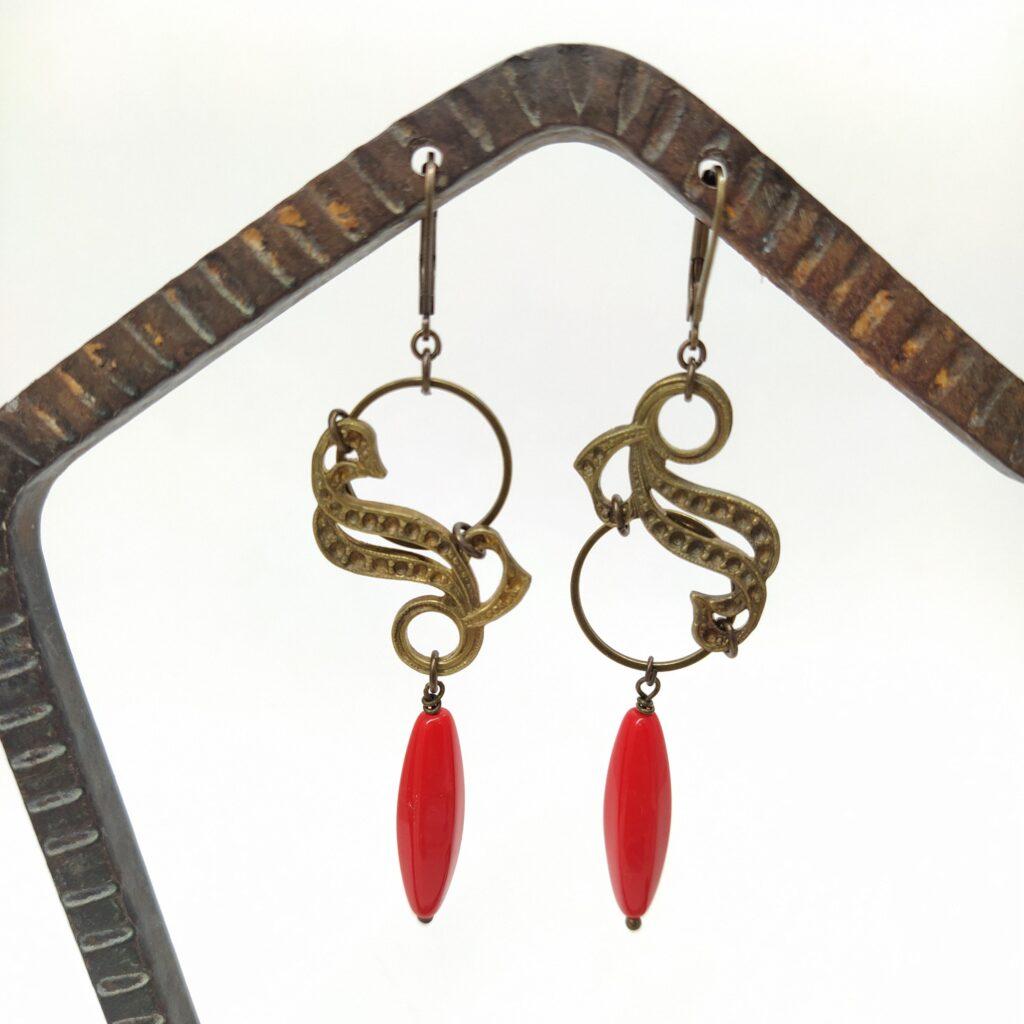 Dormeuses en laiton bronze composées d'estampes anciennes Art Nouveau montées sur cercle de laiton avec perles de verre anciennes rouges orangées très lumineuses.