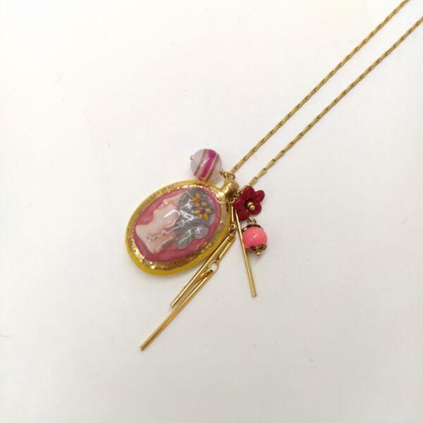 Collier composé d'un camée  d'une chaîne baton en laiton doré et des diverses perles vintage chinées