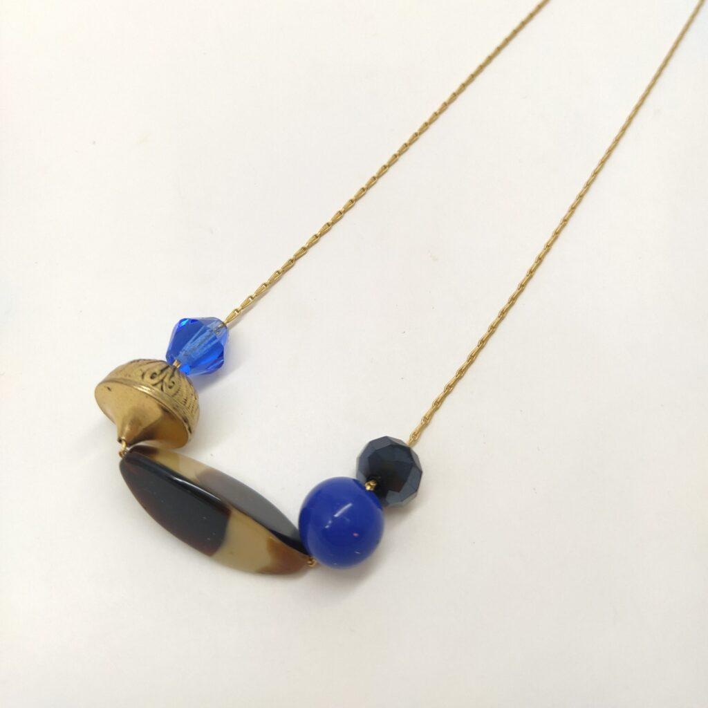 Accumulation de 4 perles de verre antiques ainsi qu'une perle métallique vintage sur une chaîne fine en laiton doré à l'or fin.