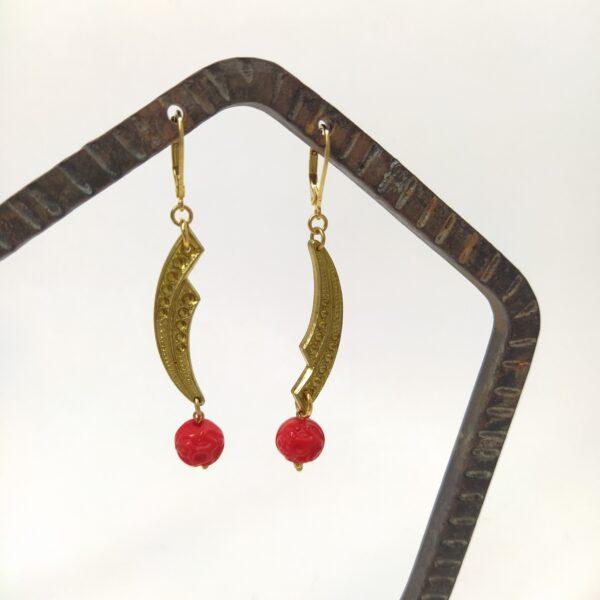 Dormeuses asymétriques en laiton doré à l'or fin composées d'estampes Art Déco avec perles  de verre d'un rouge très lumineux finement travaillées datant de la même période.