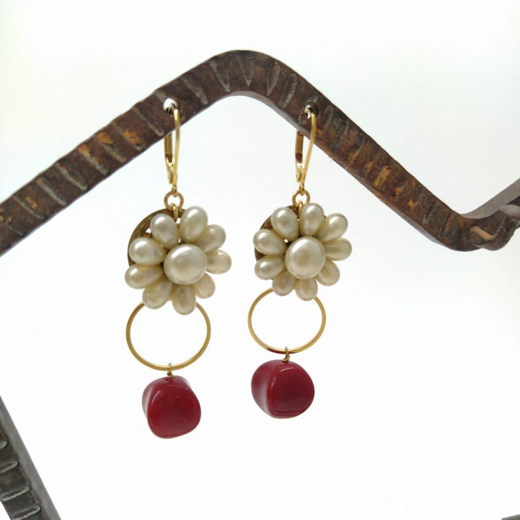 Dormeuses en laiton doré à l'or fin contistutées de clips vintage composés de perles de verre nacrées des années 50-60 et de perles de verre rouge ainsi que d'un cercle en laiton doré.