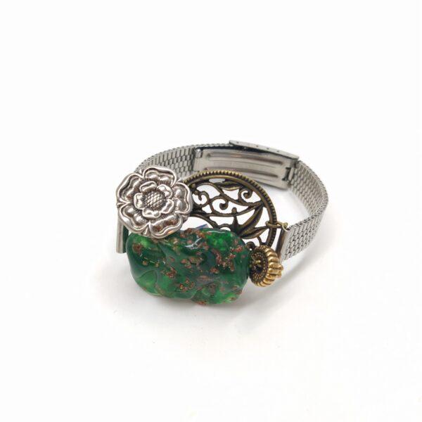 Bracelet montre argenté de largeur 1cm composé d'une grande perle datant de 1930 et d'un bouton métallique argenté montés sur structure de boucle d'oreille bronze filigranée végétale.