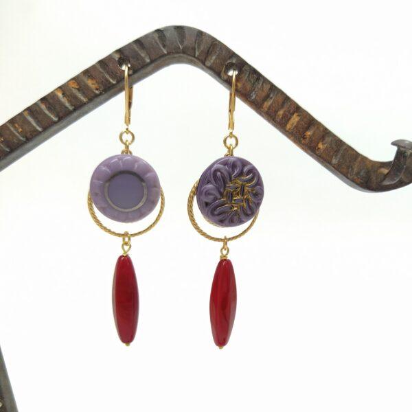Dormeuses en laiton doré à l'or fin composé d'une estampe dorée  d'un bouton de verre Art Déco et d'une perle de verre oblongue des années 1980.