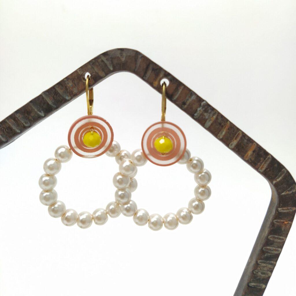 Dormeuses en laiton doré à l'or fin avec créoles de perles de verre nacrées surmontée de boutons plastique vintage et de perles de verre facettées jaunes.