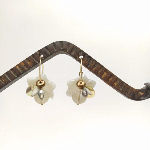 Créoles en laiton doré à l'or fin de diamètre 2cm composées de perles de verre blanches légèrement nacrées des années 1980  de sequins et de différentes perles de verre.