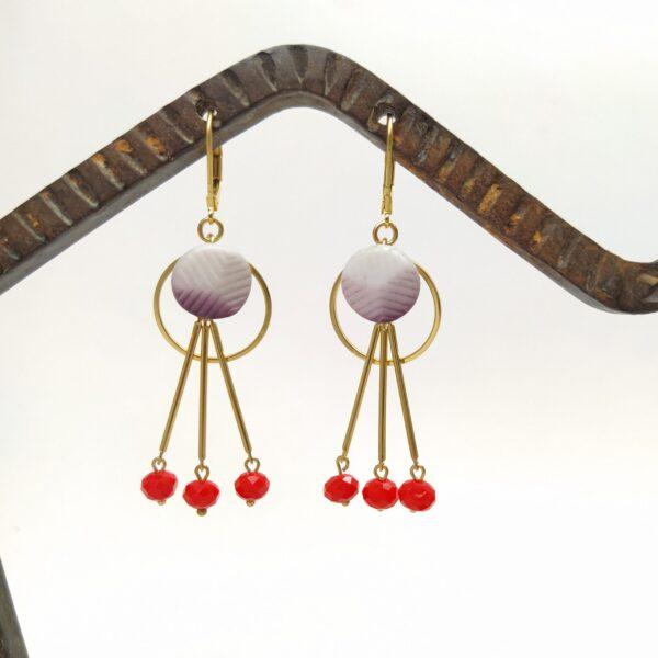 Dormeuses en laiton doré à l'or fin composées de cercles de laiton  de boutons des années 1930 et de perles de verre facettées oranges.