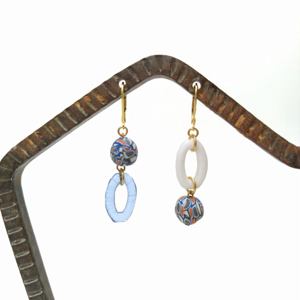 Dormeuses asymétriques en laiton doré avec anneaux ovales en verre tcèque des années 1930 et perles en pâte polymère upcyclées.