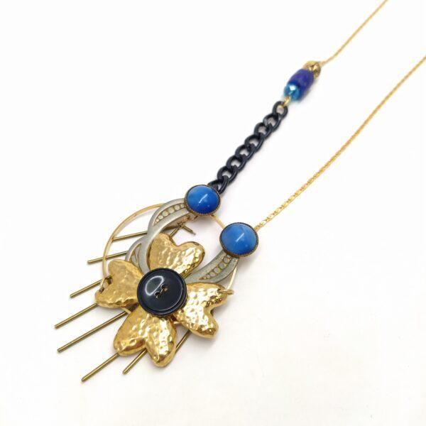 Sautoir composé de perles vintage upcyclées  d'une boucle de ceinture Art Déco  d'une broche fleur  d'un ancien bouton et d'un morceau de chaîne émaillée noir et de chaîne bâton bronze.