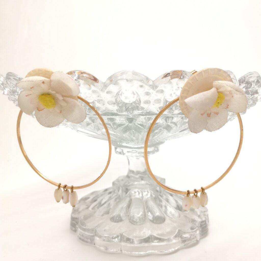 Clous d'oreille en laiton doré à l'or fin composées de cercle de laiton de 45mm  de boutons de nacre anciens  de perles de chapelets nacrées et d'antiques fleurs de tissu.