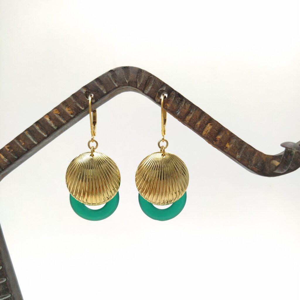 Dormeuses en laiton doré à l'or fin composées d'estampes en laiton doré d'inspiration Art Déco et d'anneaux de verre des années 1960.