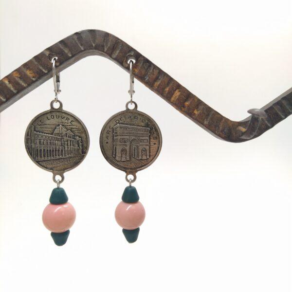 Dormeuses en laiton argentées composées de perles de verre et d'etampes parisienne représentant le Louvre et l'arc de triomphe.