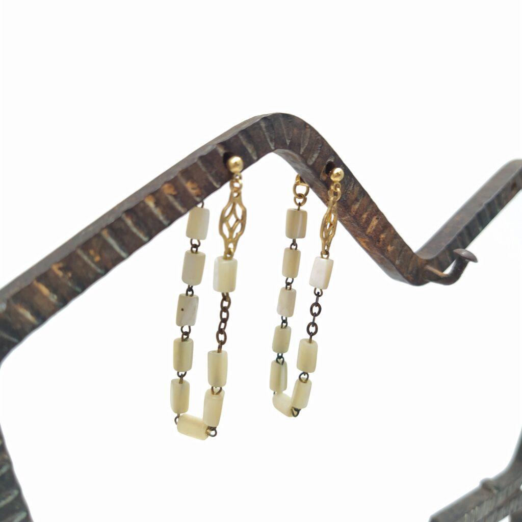 Clous d'oreille montés façon créoles. Ils sont composés de morceaux de chapelet et d'une estampe ancienne dorée.